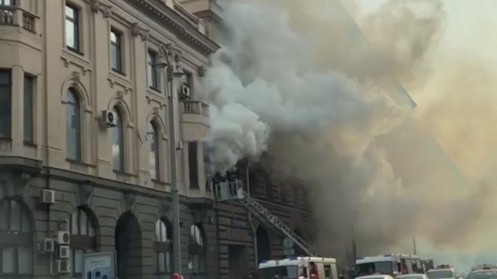 В центре Москвы на Тверской горит историческое здание