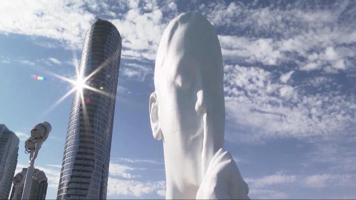 """24-метровая скульптура """"Душа воды"""" появилась нанабережной реки Гудзон вСША"""