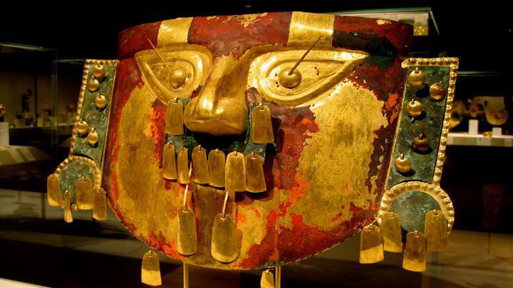 Погребальная золотая маска сиканской культуры в Метрополитен-музее в Нью-Йорке.