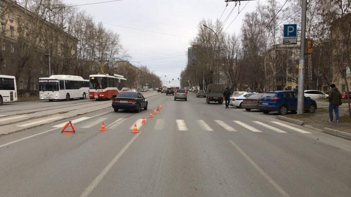 В Новосибирске мать с 9-летней дочерью попали под колеса авто