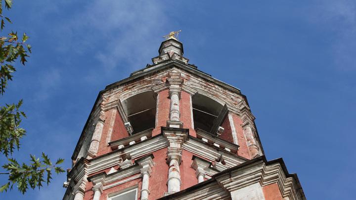 Высота колокольни 43 метра, колокола были установлены в 1750 году. Отлиты кадашевским мастером Константином Слизовым. Пропали после закрытия церкви в 1934 году.