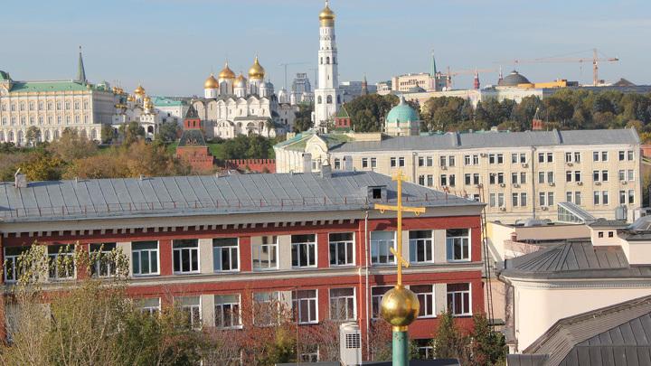 Дворцовая слобода в Кадашах и Кремль на берегу Москва-реки с колокольни храма Воскресения.