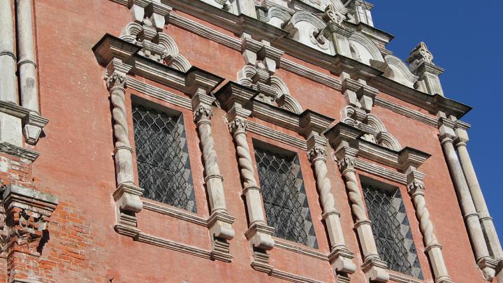 Верхний храм с белокаменной резьбой на фасаде.