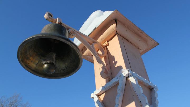 МЕЛИХОВО. Когда-то этот колокол созывал домочадцев и гостей к столу