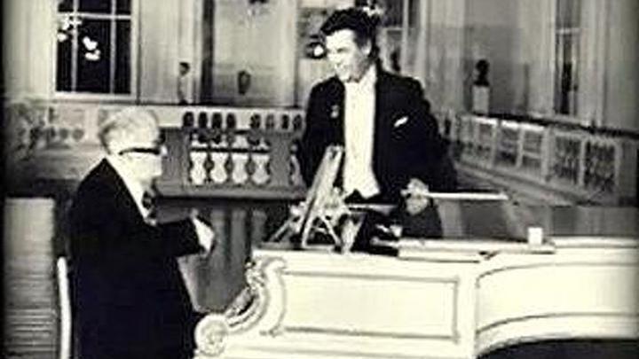 Георгий Свиридов и Александр Ведерников у фортепиано