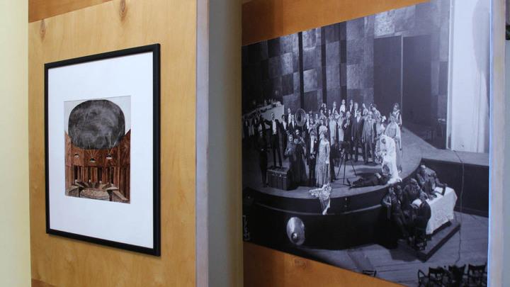 В гостиной музея-квартиры. На фото справа – сцена из спектакля «Мандат» по пьесе Николая Эрдмана, 1925 год.