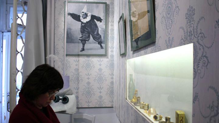 Часть новой экспозиции «Рождение спектакля» в музее-квартире Мейерхольда. На фото в простенке –  Вс.Мейерхольд в роли клоуна в спектакле «Акробаты». Херсон, 1902-1903 годы.