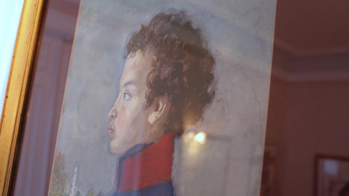 Усадебный дом. На портрете, будущий поэт в первый год учебы в Царскосельском лицее. Работа Евгения Устинова.