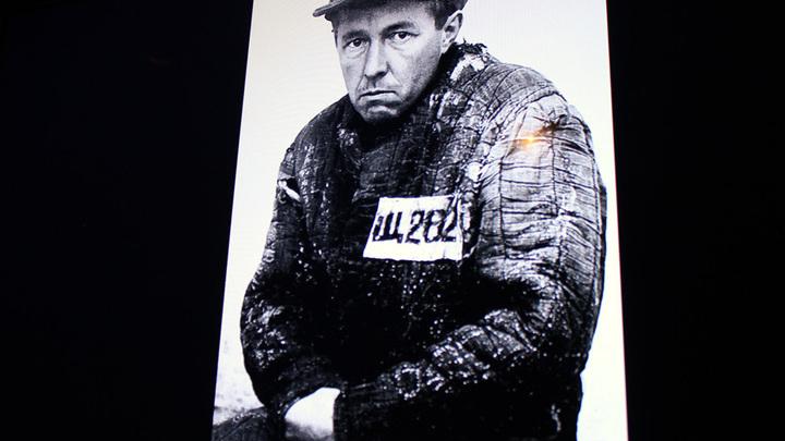 В лагере: «Весь Экибастус я проходил с номером Щ-232, в последние же месяцы приказали мне сменить на Щ-262». Фото с выставки «Из под глыб…»