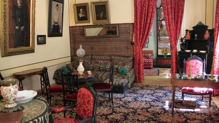 В парадной гостиной усадьбы Толстого в Хамовниках